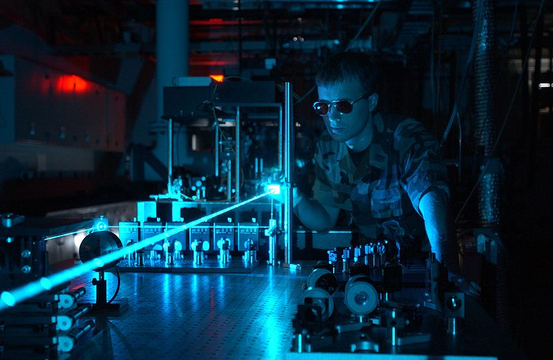 AFRL-800px-Military_laser_experiment